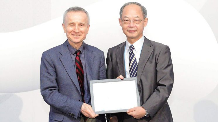 Tezduyar receives APACM's Computational Mechanics Award